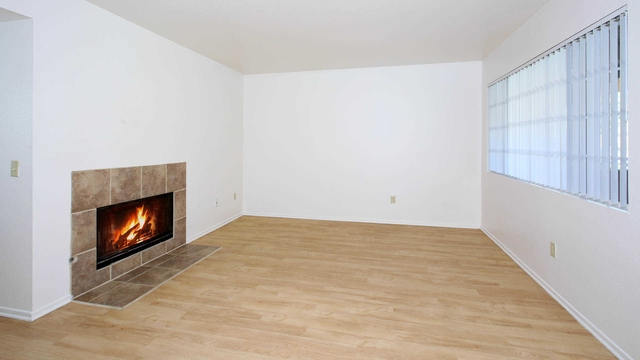 Apartment in move in condition in Laguna Niguel. Parking Available!